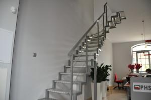 Realizacja metalowych schodów wewnątrz budynku